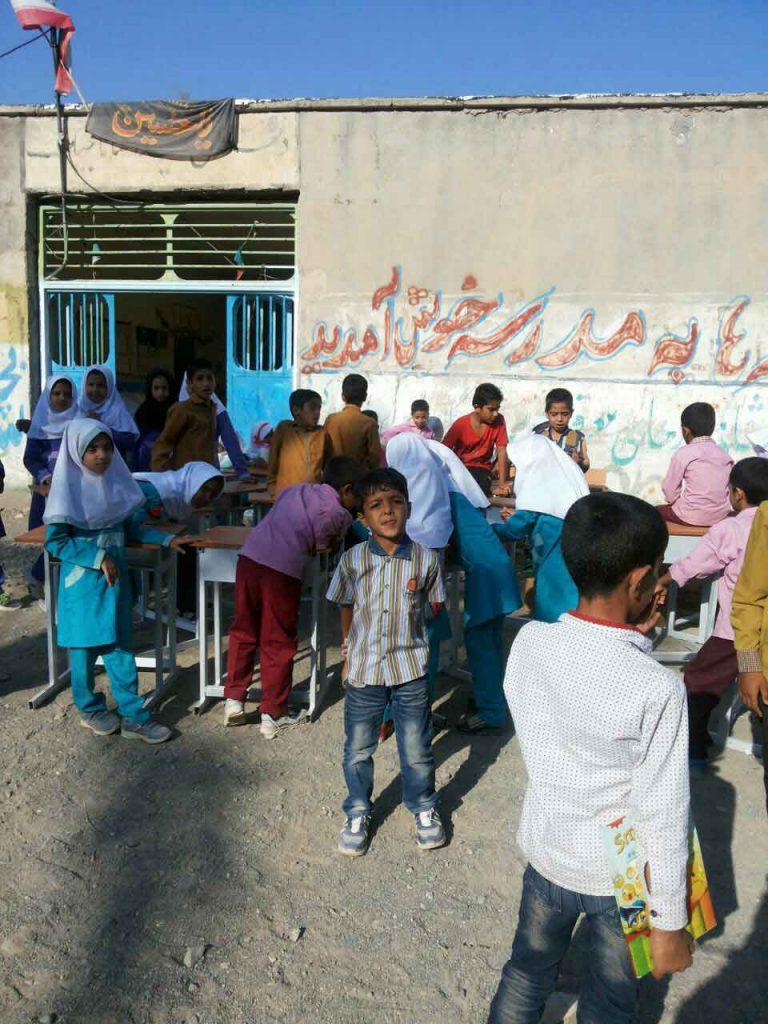 بچه های روستای قاسم آباد جیرفت کرمان در مدرسه فرسوده