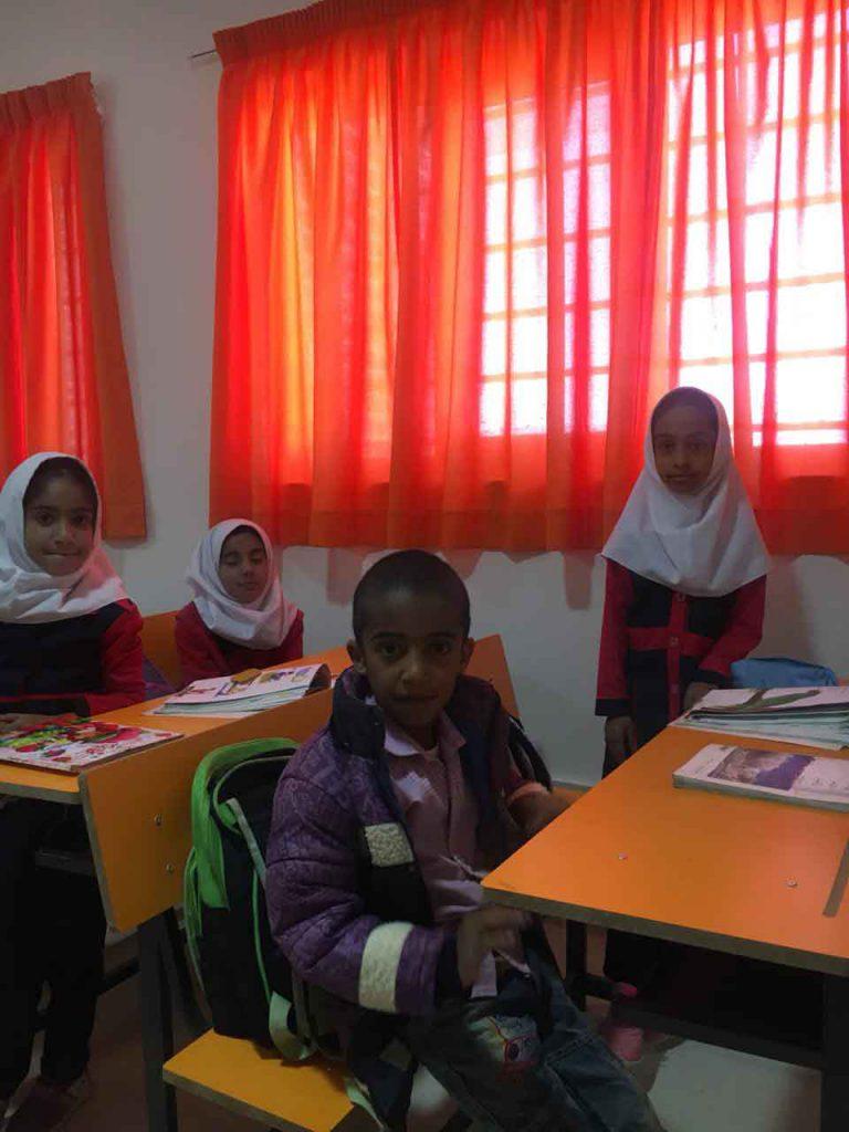 بچه های روستای قاسم آباد جیرفت کرمان در کلاس دبستان مهرطاها موسسه نیکوکاری مهرطه