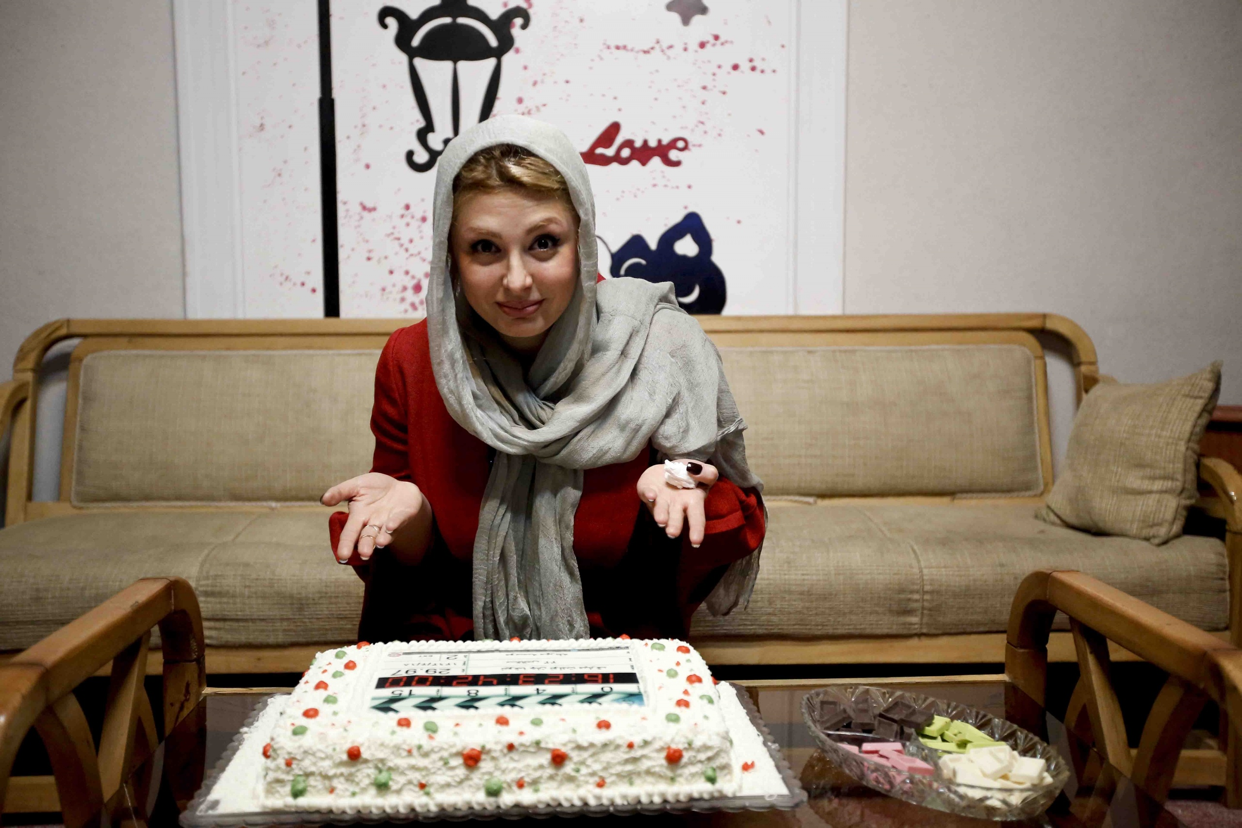 کیک تولد نیوشا ضیغمی در موسسه خیریه مهرطاها