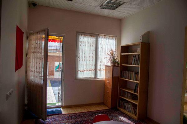 کتابخانه و ورودی حیاط خانه اقاقیا موسسه نیکوکاری مهرطه