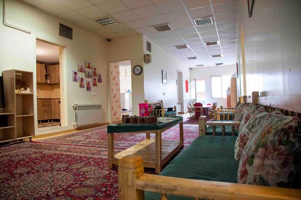 اتاق نشیمن خانه اقاقیا موسسه نیکوکاری مهرطه