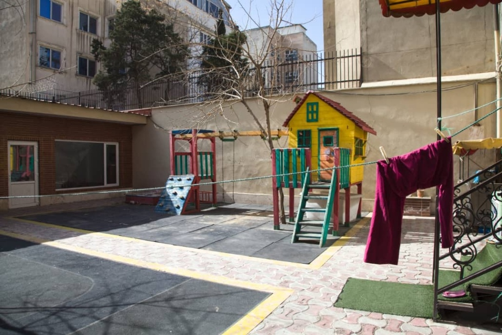 حیاط خانه اقاقیا موسسه نیکوکاری مهرطه