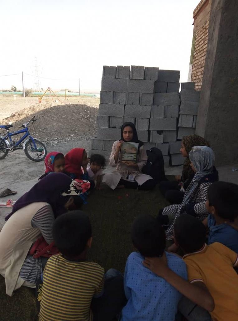 کتابخوانی بچه های روستای گنج آباد کتاب عطسه پر ماجرا