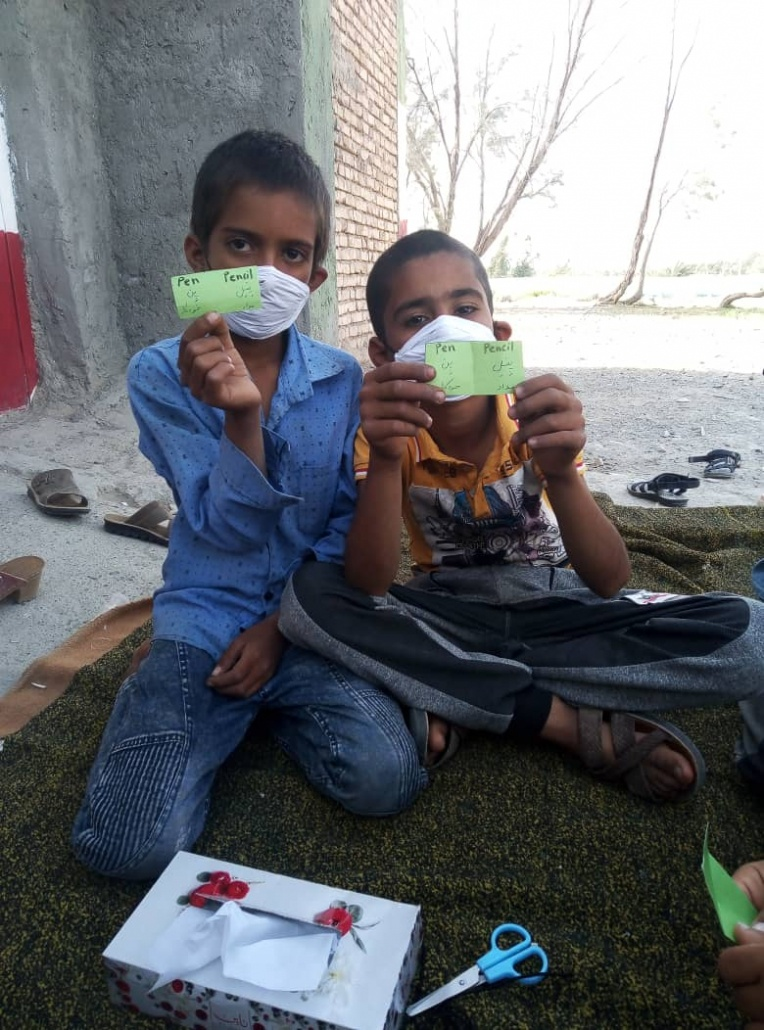 بچه های روستا دو کلمه انگلیسی جدید یاد گرفته اند