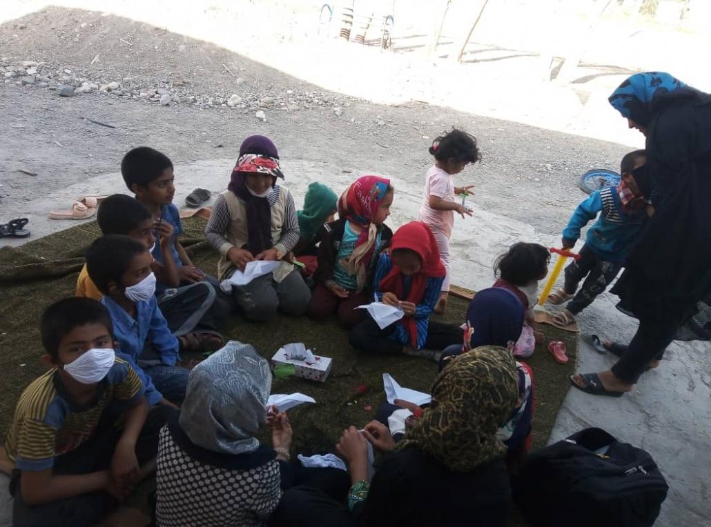 آموزش ساخت ماسک به بچه های روستای گنج آباد در روزهای کرونا