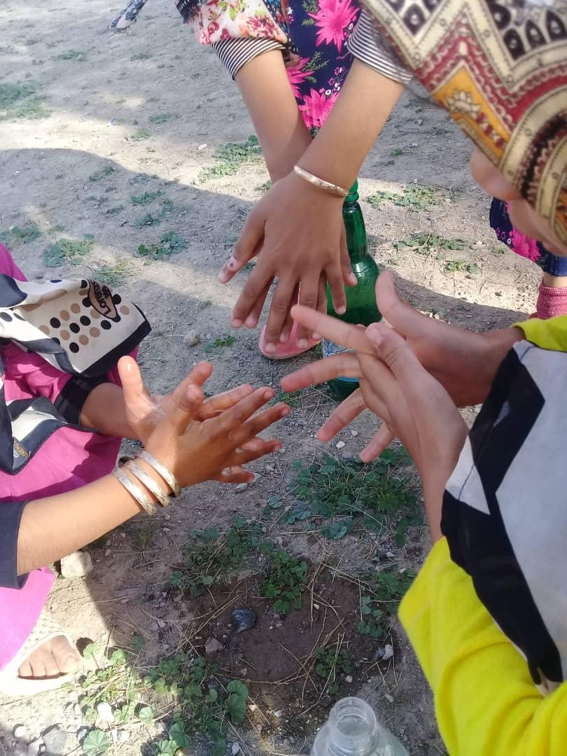 آموزش شیوه درست شستن دست به بچه های روستای قنات نو و قاسم آباد در روزهای کرونا