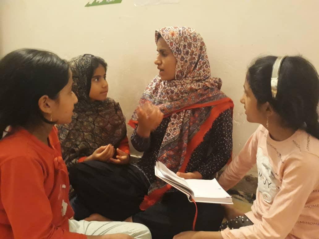 کتابخوانی در کتابخانه کودک محور روستا - قاسم آباد - جیرفت