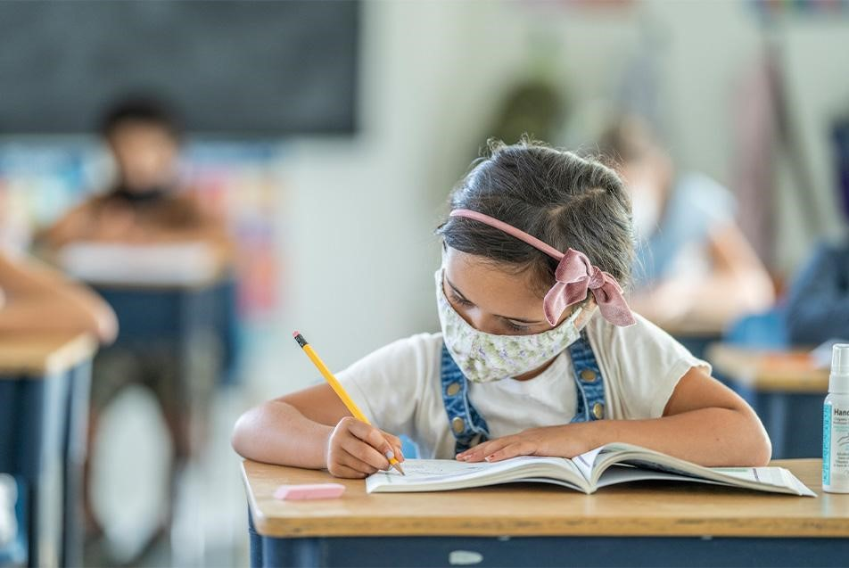 کودک و ماسک در مدرسه